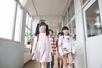 廊下を歩く小学生