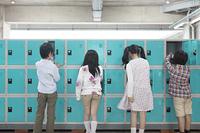 ロッカーに靴を履き替える小学生