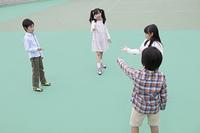 ジャンケンをする小学生