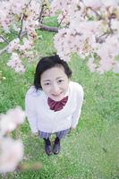 桜の木の下に立つ高校生