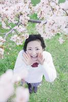 桜の木の下でかけ声を出す高校生