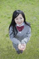 桜の花びらを持つ高校生