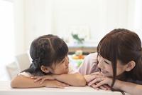 腕を組むお母さんと女の子