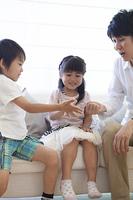 ソファーで遊ぶ親子