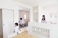 キッチンと和室でくつろぐ家族