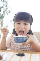 お茶碗を持つ女の子