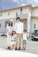 家の前に立つ家族