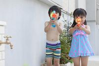 水遊びをする男の子と女の子