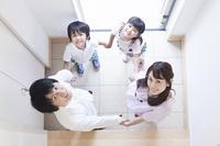 玄関に立つ家族