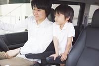 車でナビを見る親子