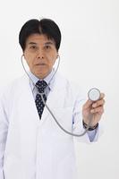 聴診器を当てる白衣の男性