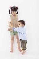 仲良く遊ぶ男の子と女の子