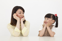 笑顔の女性と女の子