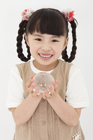 ガラスの地球儀を持つ女の子