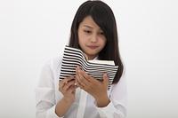 本を読む高校生