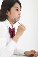 鉛筆を持つ高校生
