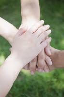 団結する手