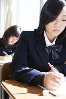 授業を受ける女子高生