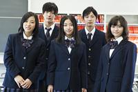 補習ルームで立つ高校生たち