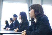 授業を受ける高校生たち