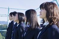 屋上で立つ高校生たち
