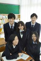 教室に立つ高校生たち