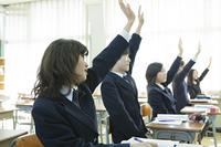 授業を受ける女子高生たち