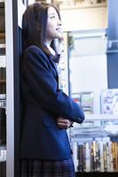 図書館に立つ高校生
