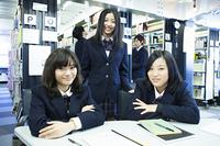図書館で勉強す高校生たち