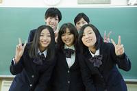 教室にたつ高校生たち