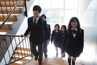 階段を登る高校生たち