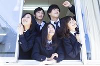 窓から顔を覗かせる高校生たち