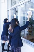 掃除をする高校生たち