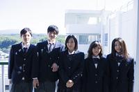 ベランダに立つ高校生たち