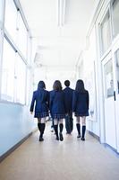 廊下で歩く高校生たち