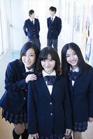 廊下に立つ高校生たち