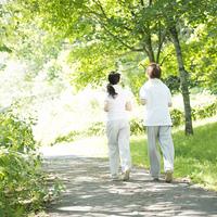 ジョギングをするカップルの後姿
