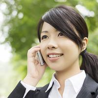 スマートフォンで電話をするビジネスウーマン