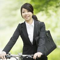 自転車を押すビジネスウーマン