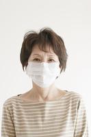 マスクをしたシニア女性