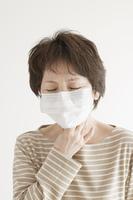 喉の痛みに悩むシニア女性