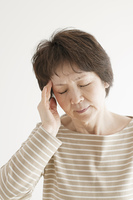 頭痛のするシニア女性