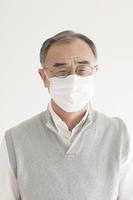 マスクをしたシニア男性