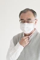 喉の痛みに悩むシニア男性