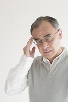頭痛のするシニア男性