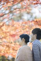 紅葉を眺めるカップル