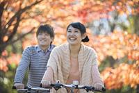 自転車に乗るカップル