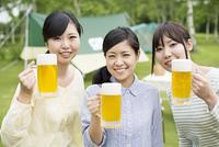 ビールを持ち微笑む3人の女性