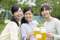 ビールで乾杯をする3人の女性