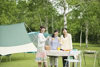 オレンジジュースを持ち微笑む3人の女性